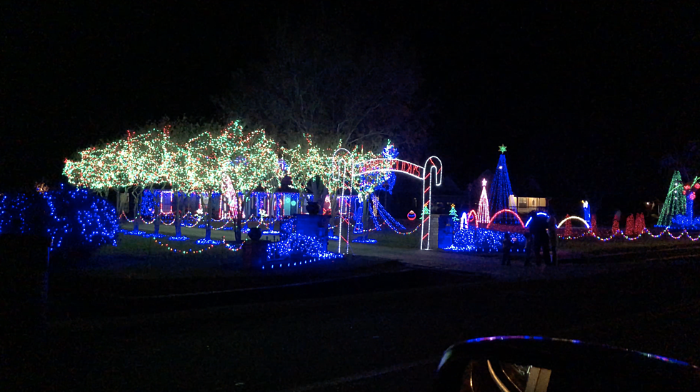 The Amazing Christmas Light Show Off Hwy 90 Is A Must See [VIDEO]